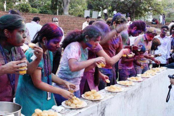 eating-panipuri-holi-games